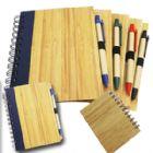 Bloco de anotações com caneta e capa de madeira. 90 páginas tamanho 19 cm x 14,5 cm.