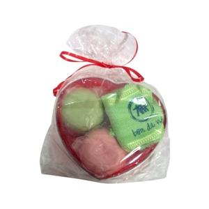 Kit banho personalizado com sabonetes e toalha - Embalagem de coração. - CZK brindes