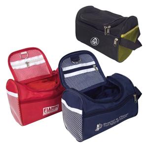 Necessaire personalizada em nylon 600, com bolso principal e bolsinho de redinha interno, com meia argola para pendurar, redinha nas duas laterais.