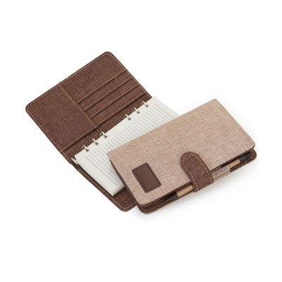 Agenda ecológica A5 em algodão cru / marrom com ferragem 6 argolas, 120 folhas pautadas na cor creme, 4 divisões para cartões e uma divisão para documentos