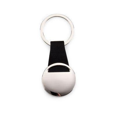Chaveiro redondo personalizado em metal com alça em couro sintético na cor preta.