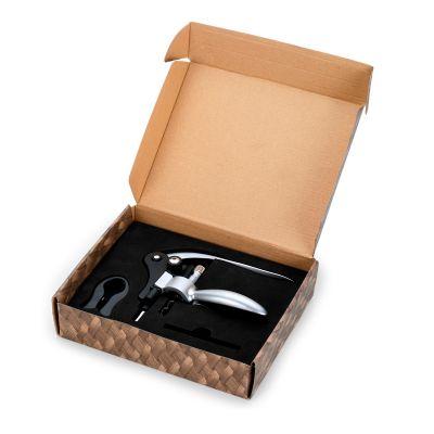 Marca Laser - Kit vinho personalizado em caixa kraft, contendo: 01 abridor saca-rolhas, 01 corta lacre, 01 haste espiral reserva - Medidas: 250 x 200 x 57 mm.