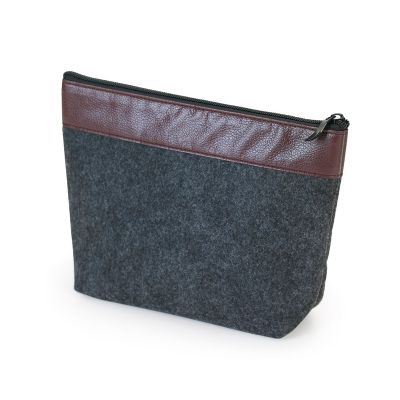 Marca Laser - Nécessaire em feltro na cor preta com acabamento em couro sintético marrom.