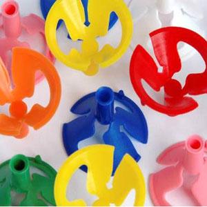 universo-dos-baloes - Varetas com copinhos coloridos.