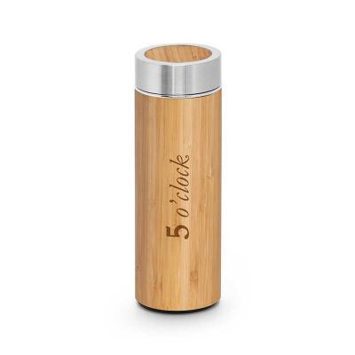 Garrafa térmica. Bambu e aço inox. Com parede dupla e infusor para chá. Capacidade até 430 ml. Fo...