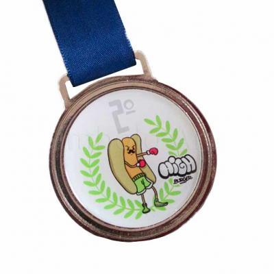Medalha em metal com banho conforme categoria e com etiqueta resinada personalizada.