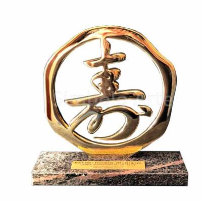 Troféu em bronze polido com base de pedra.