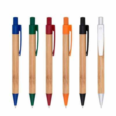 o-medico-das-canetas - Caneta Esferográfica em Bambu ecológica com detalhes plásticos coloridos, possui logo reciclado na parte superior do clip. Acionada por clique. Altura...