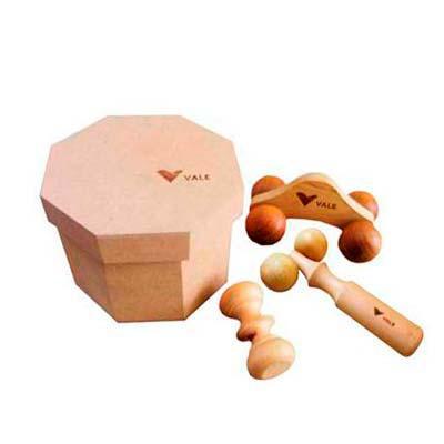 amor-perfeito-massageadores-em-madeira - Acondicionado em uma expressiva caixa oitavada com excelente espaço para a gravação de sua logomarca, este Kit é composto por três massageadores perso...