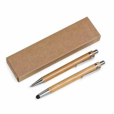 Kit ecológico caneta e lapiseira em bambu com estojo de papelão. Caneta bambu com clip metálico e possui borracha touch na parte inferior, quando acio... - Fabrika de Chaveiros