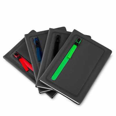 - Caderno porta objeto de tecido sintético. Possui zíper colorido na capa e contorno em relevo, tem o verso liso e possui aproximadamente 80 páginas par...
