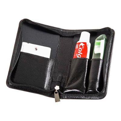 Maria Coura Brindes - Kit bucal personalizado em couro ou sintético com creme dental, escova e fiocard.  Medida: 8,5 x 3,2 x 14 cm
