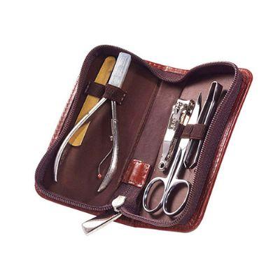 Maria Coura Brindes - Kit manicure personalizado em couro ou sintético contendo alicate, cortador de unhas pequeno, tesoura, pinça e lixa de unha. Medida: 6 x 2,5 x 12 cm