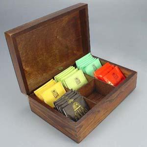 Estojo de madeira escurecida com 6 divisórias com sachês de chá nacional. - Brindes da Terra