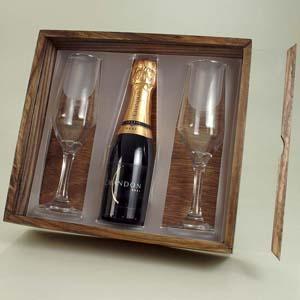 brindes-da-terra - Kit baby champagne na caixa de madeira com tampa acrílica e 2 taças gravadas.