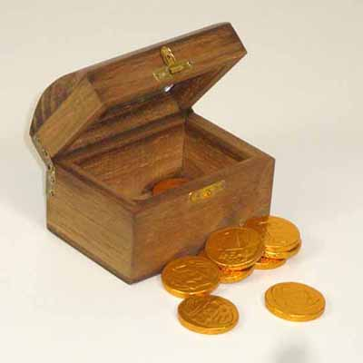 Brindes da Terra - Mini baú pirata de madeira com moedas de chocolate.