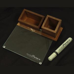 Brindes da Terra - Kit escritório sustentável com superfície de vidro liso,  moldura com madeira MDF, caneta, apagador e organizador de mesa.