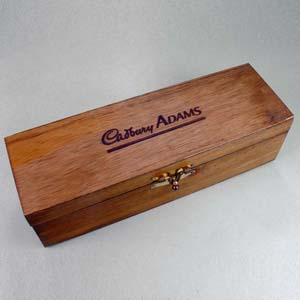 Brindes da Terra - Caixa de madeira de reflorestamento com acabamento escurecido, com fecho e dobradiças, para garrafa de vinho e bebidas em geral. A caixa pode ser gra...