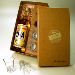 Brindes da Terra - Kit personalizado de cachaça artesanal 750 ml com 04 copos de dose gravados em caixa revestida papel Kraft ou Color Plus com berço. Personalização nos...