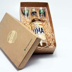 Brindes da Terra - Kit com cachaça artesanal 750 ml e 02 copos de dose gravados, na caixa revestida em papel Kraft ou Color Plus com berço. Personalização nos copos e na...