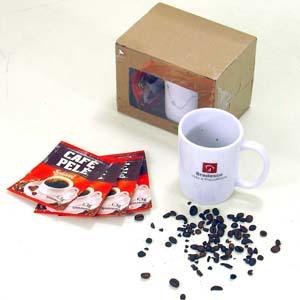 Kit personalizado de café em caixa de papelão kraft micro ondulado vincado, com visor frontal. Contém 01 caneca porcelana branca modelo capuccino grav... - Brindes da Terra