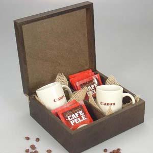 brindes-da-terra - Kit com 02 canecas de porcelana branca modelo capuccino de 150 ml gravadas e 16 sachês de café no estojo de madeira de pinus ou MDF escurecida, com 04...