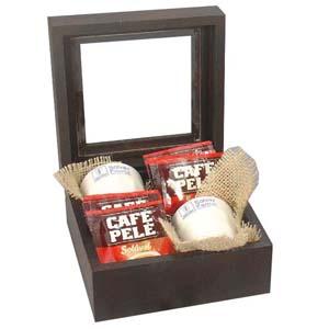 Kit personalizado de café composto por caixa de madeira pinus (reflorestamento) com acabamento escurecido, visor de acrílico, 02 copos de cerâmica (30... - Brindes da Terra