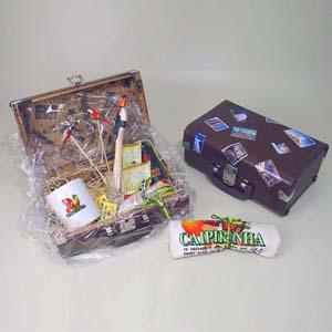 brindes-da-terra - Kit de caipirinha tipo exportação completo com 02 mexedores, 01 socador, 01 lata de cachaça, 01 avental, 01 copo de dose gravado, 02 mini rapaduras de...