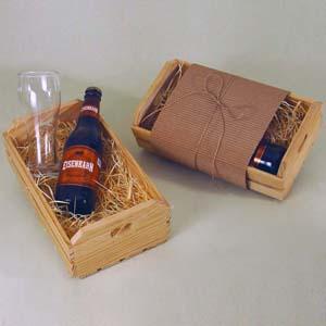 Brindes da Terra - Kit de cerveja no caixote de madeira ripado sem tampa, com acabamento natural cru e berço de palha e faixa de micro ondulado. Incluso: 01 cerveja Eis...