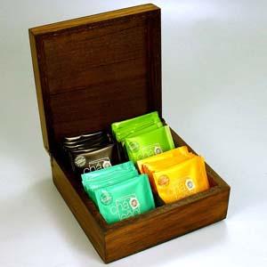 Kit de chá com 32 sachês de chá nacional, sabores diversos na caixa de madeira pinus, com quatro divisórias, acabamento escurecido ou natural cru. Per... - Brindes da Terra