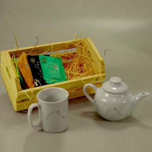 brindes-da-terra - Kit de chá no cachepot de madeira de reflorestamento (pinus) com mini bule e caneca capuccino em porcelana branca ambos personalizados, com sachês de...