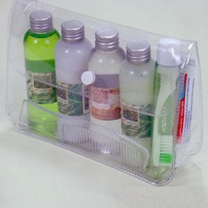 brindes-da-terra - Kit de viagem contendo: Uma necessaire em PVC cristal com botão modelo viagem. 60 ml de shampoo. 60 ml de condicionador. 60 ml de sabonete líquido...