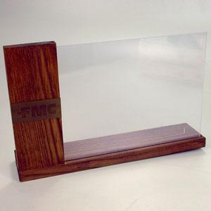 brindes-da-terra - Porta retrato em madeira Pinus (reflorestamento) com acabamento escurecido, com ou sem seladora. Visor duplo em acrílico para fotos de até 18 x 24.  ...