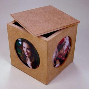 brindes-da-terra - Caixa porta treco, com porta retrato nas 04 faces com tampa. Madeira em MDF com acabamento natural cru e nas opções escurecido ou pintado. Dimensões:...