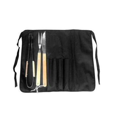 Compacto, o kit é composto por avental de cintura, espátula, faca e garfo. As peças são acomodada...