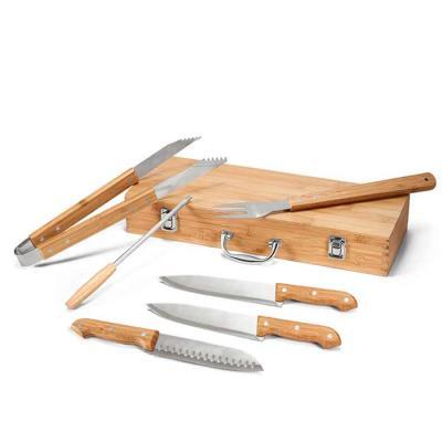 Super compacto, o conjunto vem com pegador, garfo, chaira e 3 facas, acomodados em um estojo. Mat...