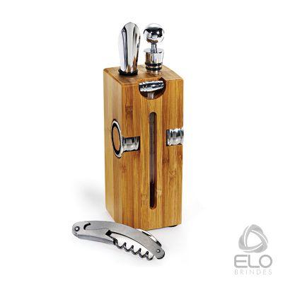 Kit vinho com base de bambu e 7 acess�rios. Embalagem em caixa kraft. Medida: 8,0 x 8,0 x 23,5 cm (AxLxP).