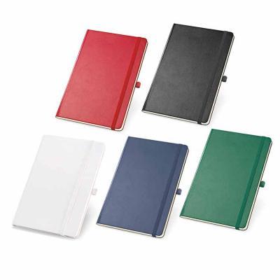 Com capa dura, o produto vem com 80 folhas não pautadas cor marfim, bolso interior e porta esfero...