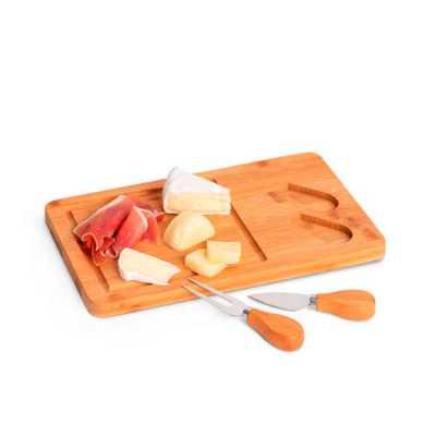 Tábua de queijos. Bambu e aço inox. Com 2 talheres. Incluso caixa de cartão. Food grade. 310 x 180 x 15 mm | Caixa: 316 x 186 x 25 mm - Queen's Brindes