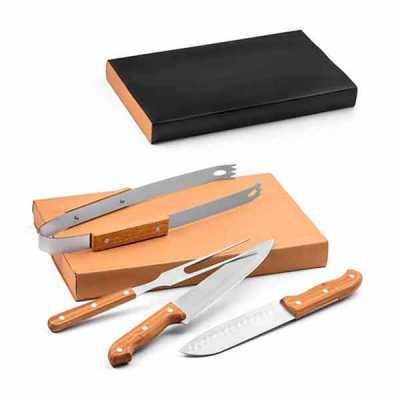 Queen's Brindes - Kit churrasco. Aço inox e bambu. 4 peças em caixa kraft. Food grade. Caixa: 365 x 200 x 55 mm