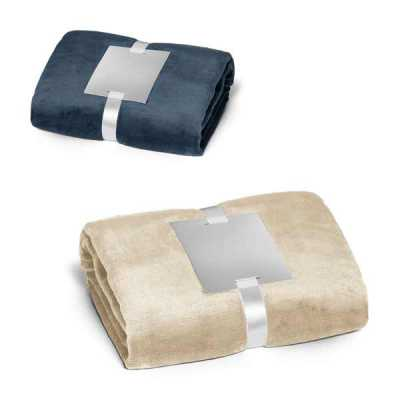 Queen's Brindes - Manta. Tecido polar: 240 g/m². Com acabamento aveludado e tratamento anti-pilling. Fita acetinada e cartão para personalização. 1500 x 1200 mm | Cartã...