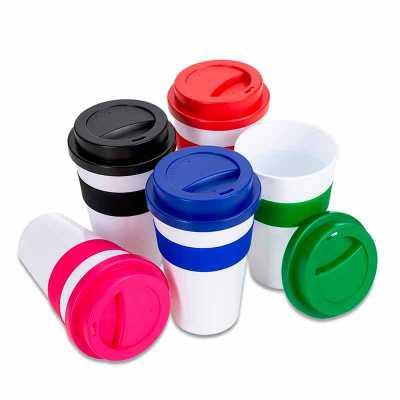 Queen's Brindes - Copo plástico 480ml com tampa. Produzido em polipropileno e livre de BPA, o copo possui uma luva de silicone (removível) que impede a transferência de...