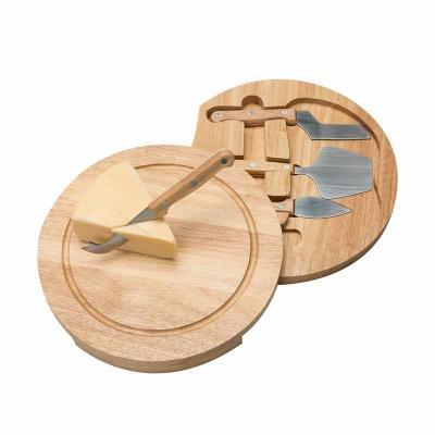 Kit queijo 5 peças, possui tábua de madeira com detalhe circular em relevo na parte superior e pa...