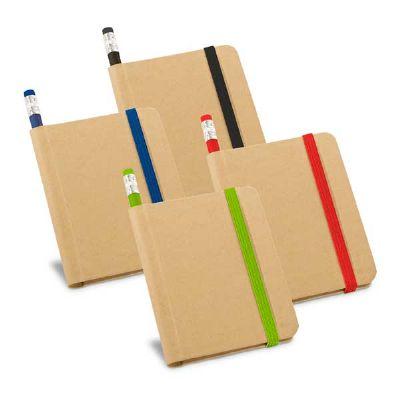 - Caderno cartão com capa dura e 70 folhas não pautadas de papel reciclado. Incluso lápis. 82 x 105 mm. Gravação: Serigrafia
