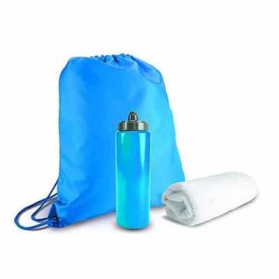 """Kit para academia com sacola tipo mochila em nylon 210D medindo 41x35cm, mais garrafa de agua tipo """"Squeezie"""" com 750ml, e toalha branca em poliéster... - Queen's Brindes"""
