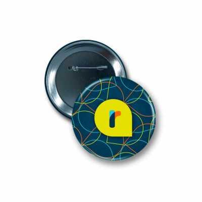 Button Alfinete 3,17 cm: - Impressão em papel: Couchê brilho 115 g/m²; - Cores do button: 4 x 0; ...