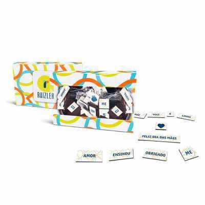 Embalagem caixa acetato 9x6x1,5cm. Palavras em cartela magnética 0,7mm. Card em papel especial, cor 4x4. - Raizler