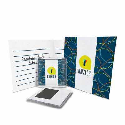 Moldura acrílica 6,4x6,4cm, impresso colorido 5,6x5,6cm, verso moldura com manta magnética 3,9x2,9cm, card colorido 10x10cm (fechado), envelope 10,5x1... - Raizler