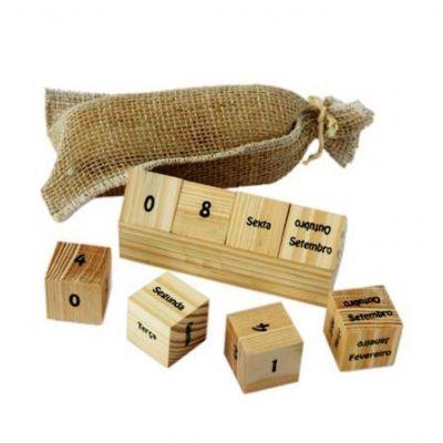 Tom Promocional - Calendário permanente de pinos com embalagem de saco de juta com Tag. Personalização: Silk screen.