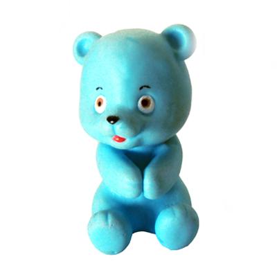 Polo Art - Boneco grudadinho em formato de um urso, feito em vinil, com dispositivo interno para prender